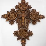 Снимка на кръст с дърворезба